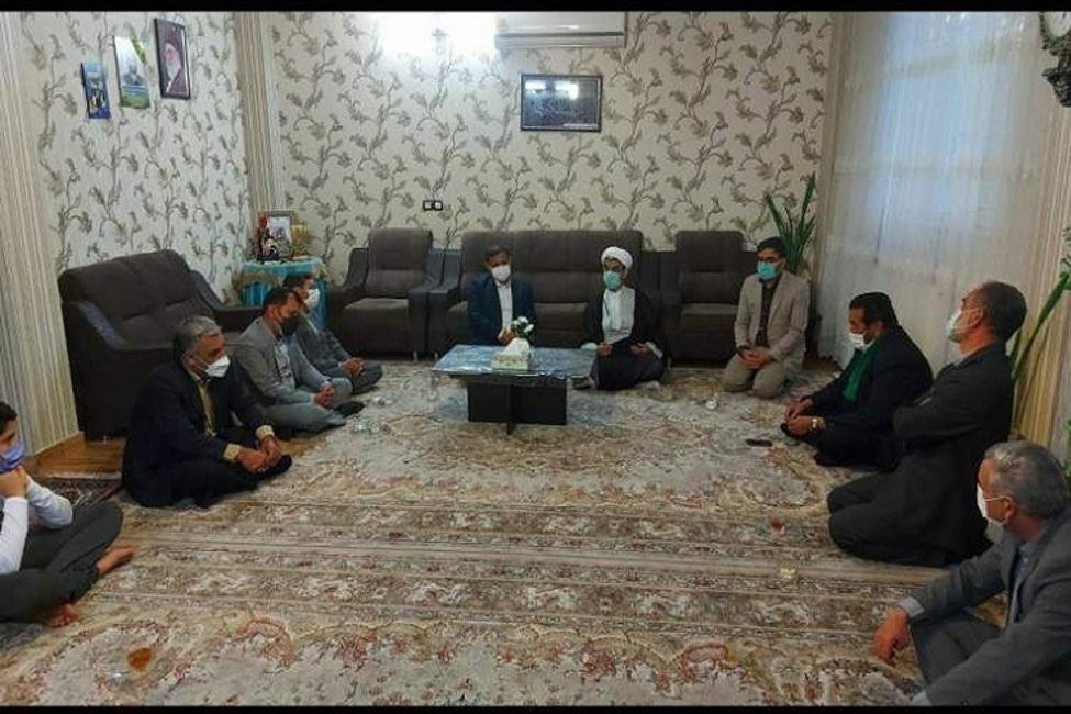 دیدار رئیس کل دادگستری خراسان شمالی با خانواده شهید مدافع حرم مرتضی زرهرن