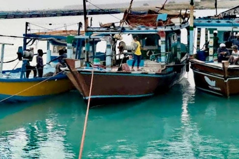 توقیف ۳ شناور غیرمجاز صید ترال در آبهای شهرستان جاسک